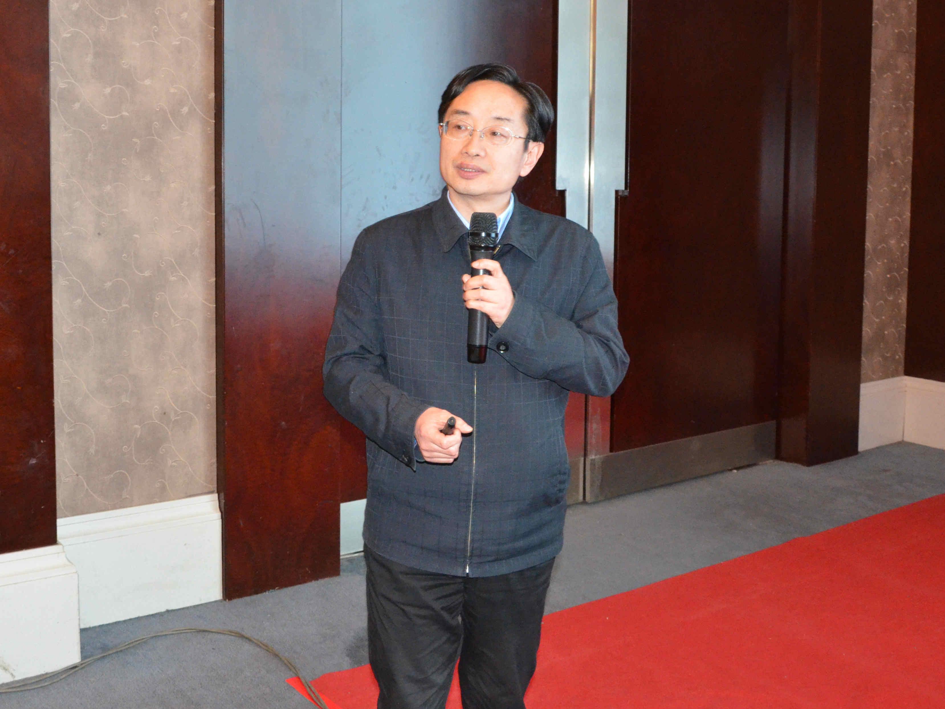 清华大学材料学院教授黄正宏作《石墨矿物环保材料及水处理应用研究》专题报告