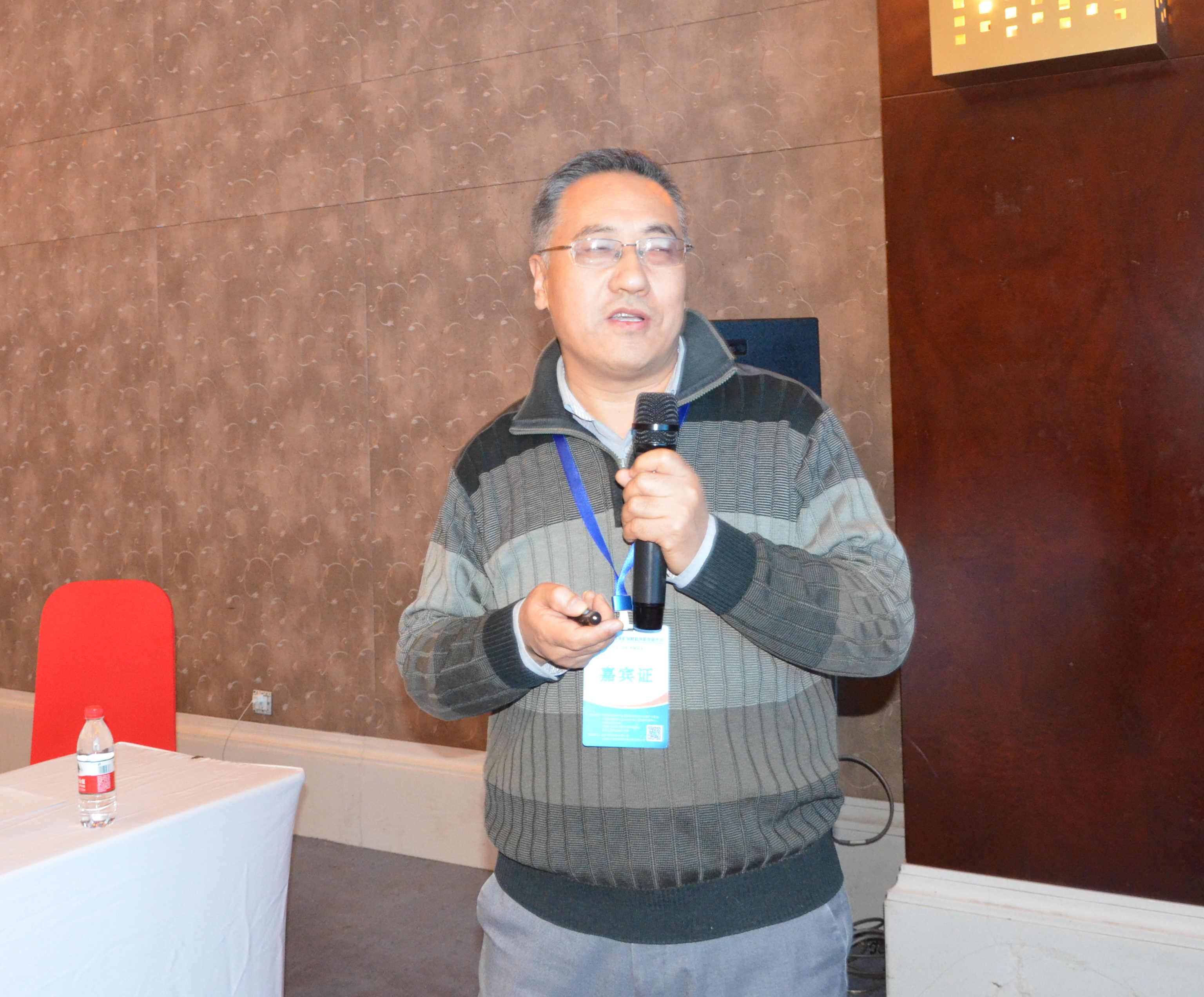 北京化工大学教授毋伟作《氧化石墨烯/高岭土纳米二维复合材料制备及其在环保上应用》专题报告