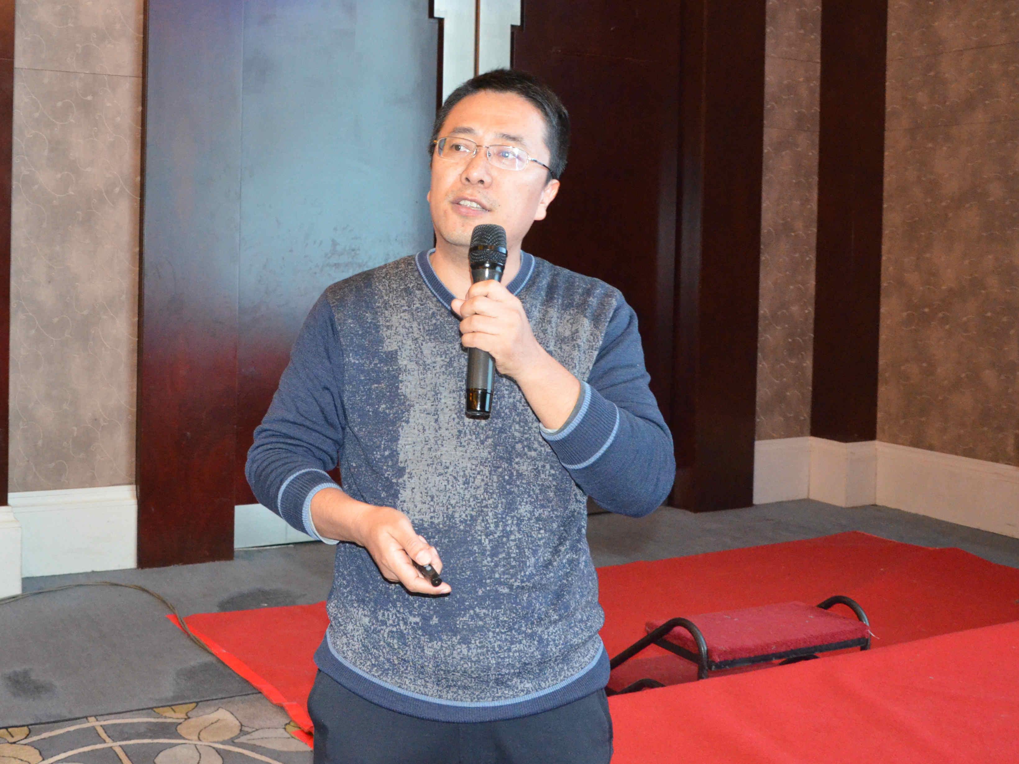 中国科学院南京地理与湖泊研究所研究员尹洪斌作《凹凸棒石湖泊锁磷材料研发与应用》专题报告